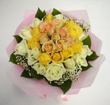 sari ve beyaz gül karisimda   Burdur çiçek , çiçekçi , çiçekçilik