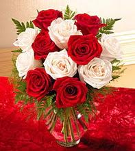 Burdur uluslararası çiçek gönderme  5 adet kirmizi 5 adet beyaz gül cam vazoda
