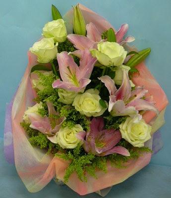 11 adet gül ve 2 adet kazablanka buketi  Burdur internetten çiçek satışı