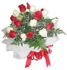 Burdur çiçek , çiçekçi , çiçekçilik  12 adet kirmizi ve beyaz güller buket