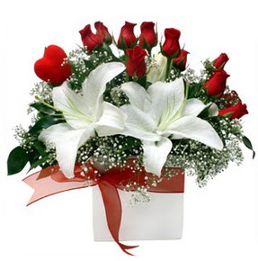 Burdur çiçekçi mağazası  1 dal kazablanka 11 adet kırmızı gül vazosu