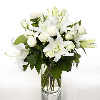 Burdur çiçek gönderme sitemiz güvenlidir  1 dal cazablanca 7 adet beyaz gül vazosu
