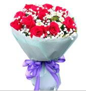 12 adet kırmızı gül ve beyaz kır çiçekleri  Burdur çiçekçi mağazası