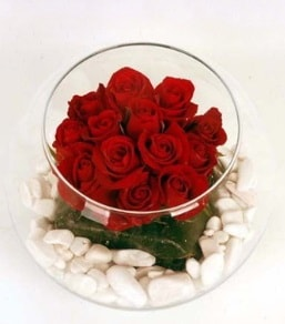 Cam fanusta 11 adet kırmızı gül  Burdur çiçek gönderme