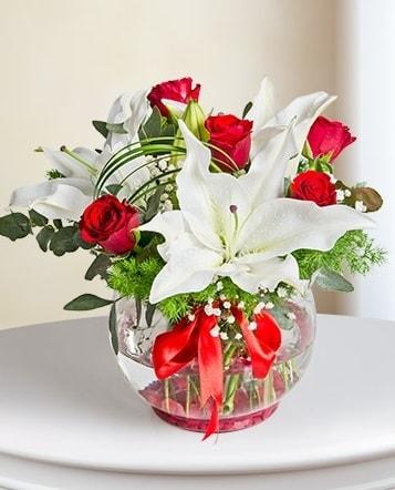 Fanus Vazoda 2 Lilyum ve 5 Gül Dansı  Burdur çiçek gönderme