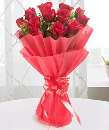 12 adet kırmızı gülden modern buket  Burdur çiçek yolla